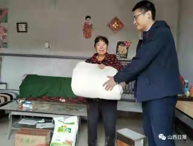 关怀被至18000条新疆棉被陆续发放到受灾群众手中