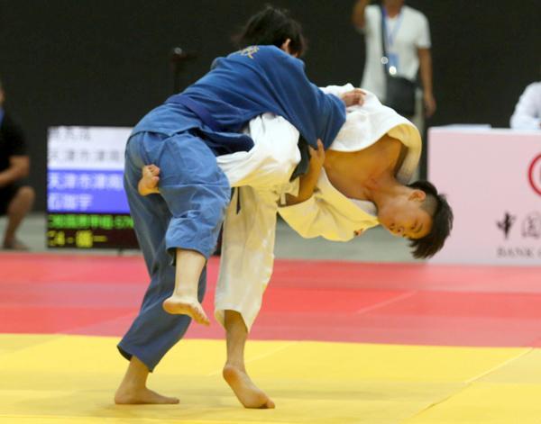 在比赛中,小选手们展现出极高的柔道技术素养,柔道小将们的投入也让