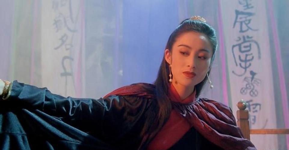 早前在拍摄《火舞风云》的时候,钟楚红在现场突然发脾气,因为她发现