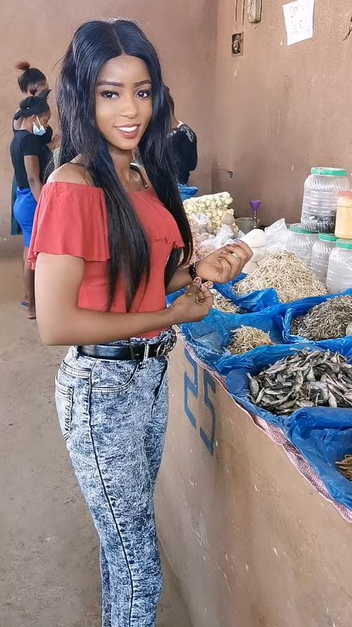老五今天带我到非洲菜市场买点鱼我发现非洲当地他们卖东西不用称重按