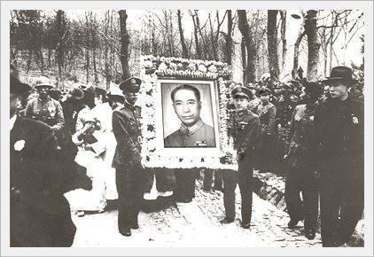 后来还是戴笠的同学毛人凤看出了蒋介石将来有可能成为国民党的领袖